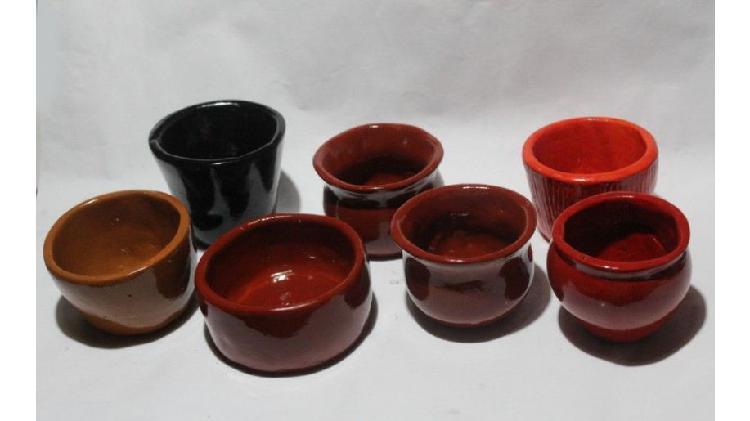 7 macetas cerámicas pintadas de entre 8 y 11 cm de