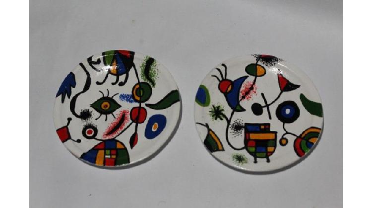 Dos platitos pintados a mano al estilo de Joan Miró, $ 150