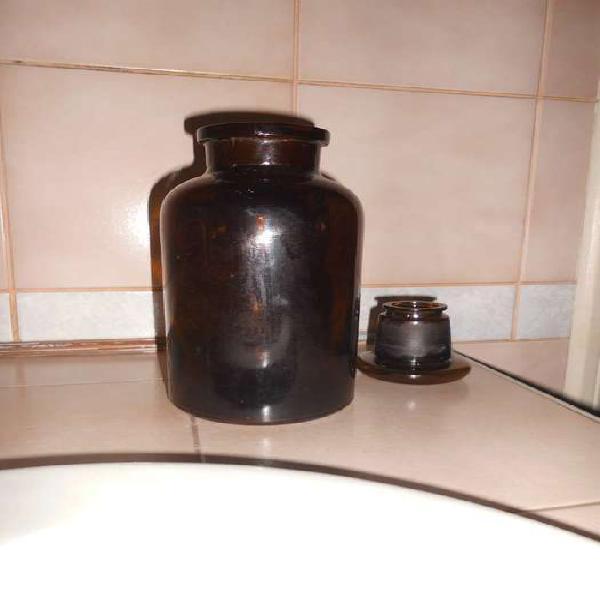 Antiguo frasco de vidrio con tapón de uso en farmacia y