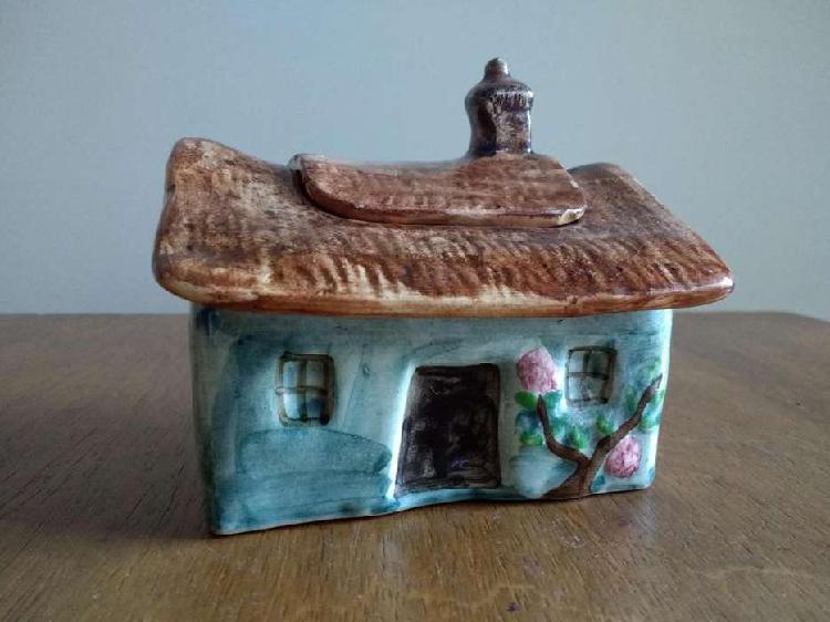 Alhajero de cerámica con forma de Casa. Deco .10.5 x 14 cm