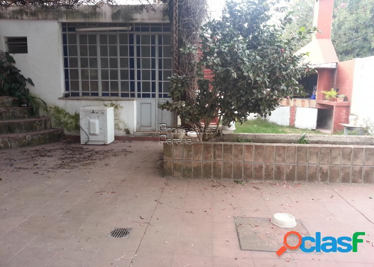 CASA DE 3 DORMITORIOS, PATIO Y COCHERA PARA 6 AUTOS CON