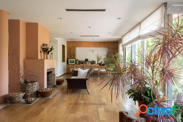 Casa en 3 plantas, sobre lote de 14 x 30. Jardin, piscina y