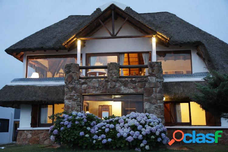 Casa en venta frente al mar sobre lote de 1352 m2 con