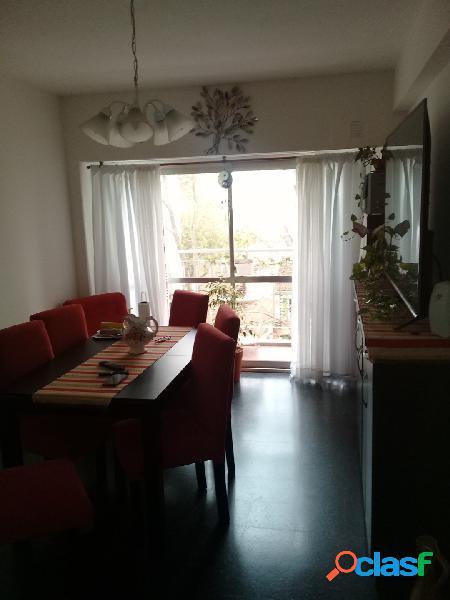 Hermoso 2 ambientes con balcón a la calle y cochera