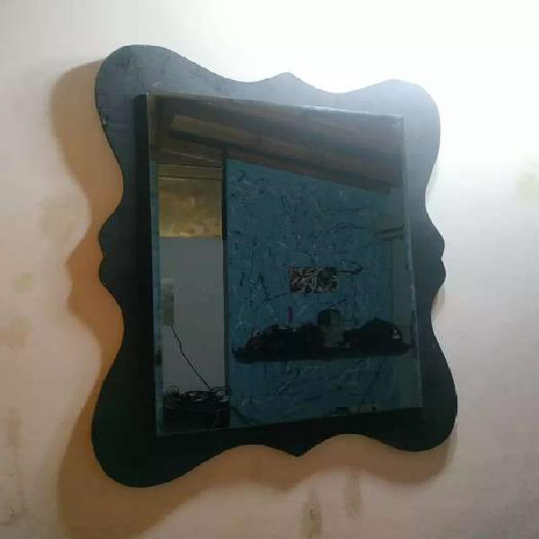 Espejo negro con borde biselado de 5 mm. Con mesarco negro.