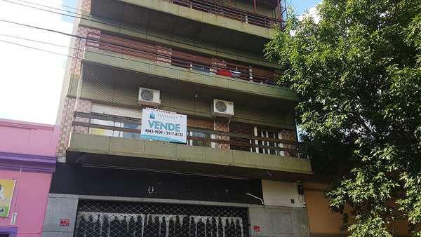 Departamento 4 ambientes con dependencia, patio y balcón,
