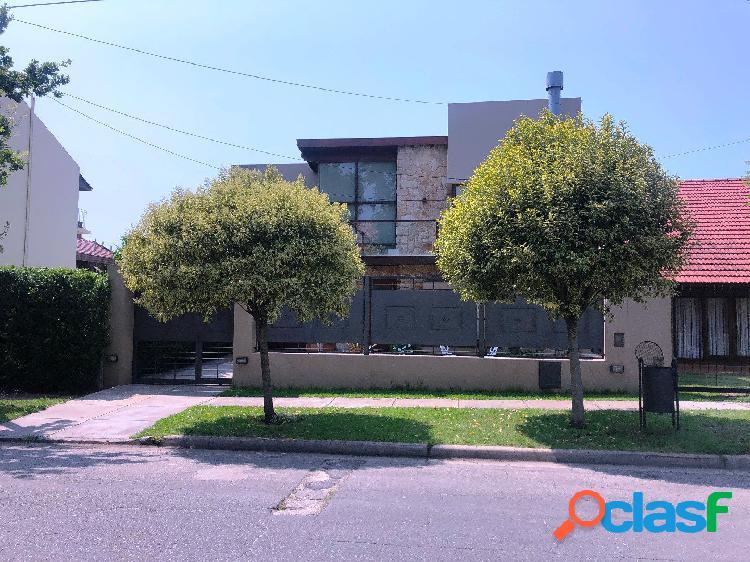 Chalet 4 ambientes con piscina y garage/quincho. zona Divino