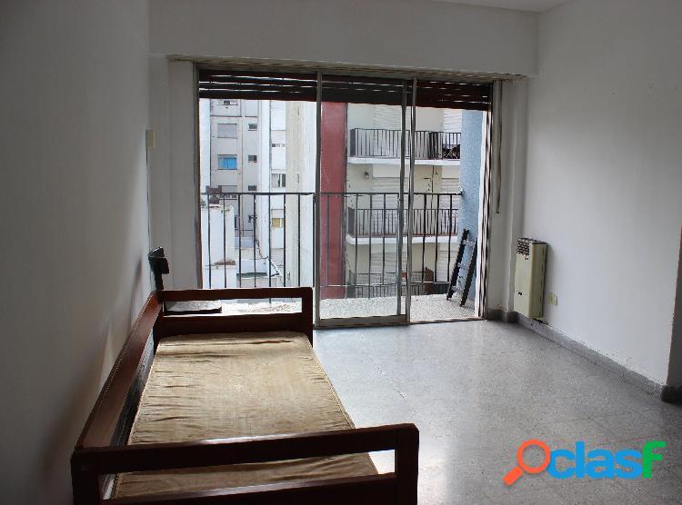 Departamento de 1 ambiente con balcón a la calle