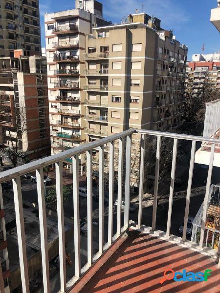 Departamento de 2 ambientes con balcón saliente