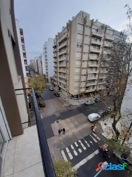 Un ambiente a la calle con balcón