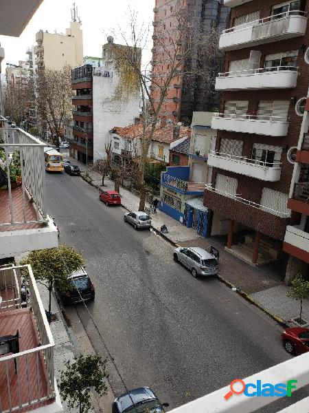 1 ambiente divisible con balcón a la calle