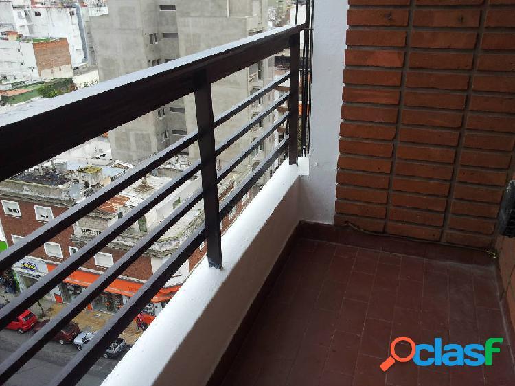Departamento de un ambiente a la calle con balcón, Edificio