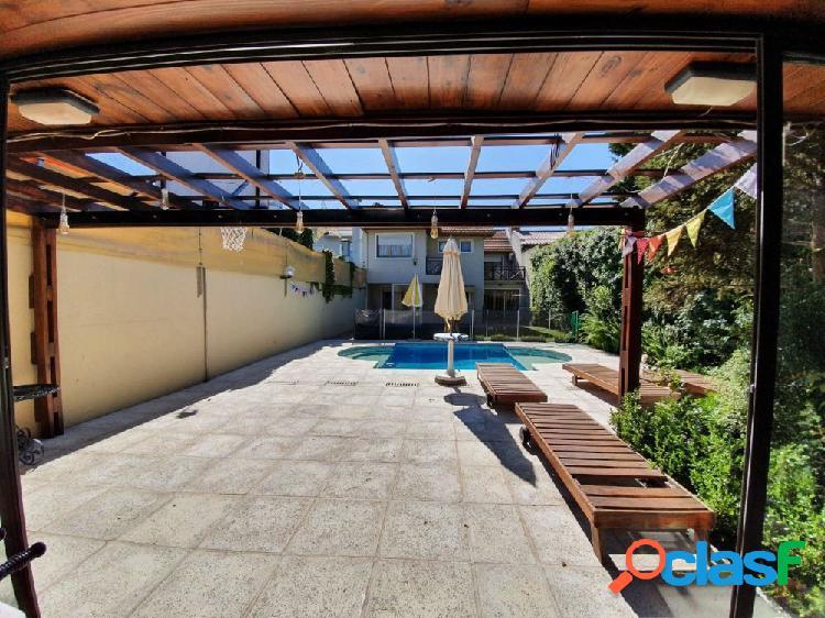 Chalet 5 ambientes con piscina climatizada
