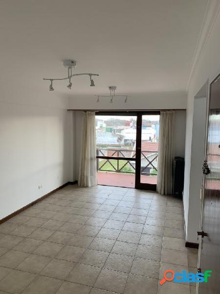 Semi piso de 2 amb. con balcones y cochera dos autos