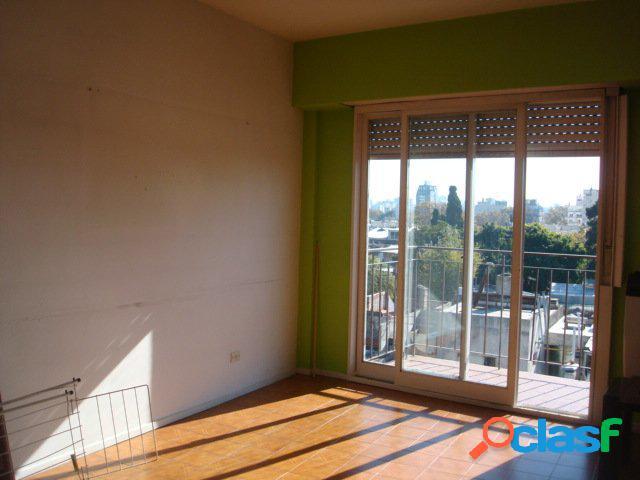 Departamento de 3 ambientes al frente con balcón