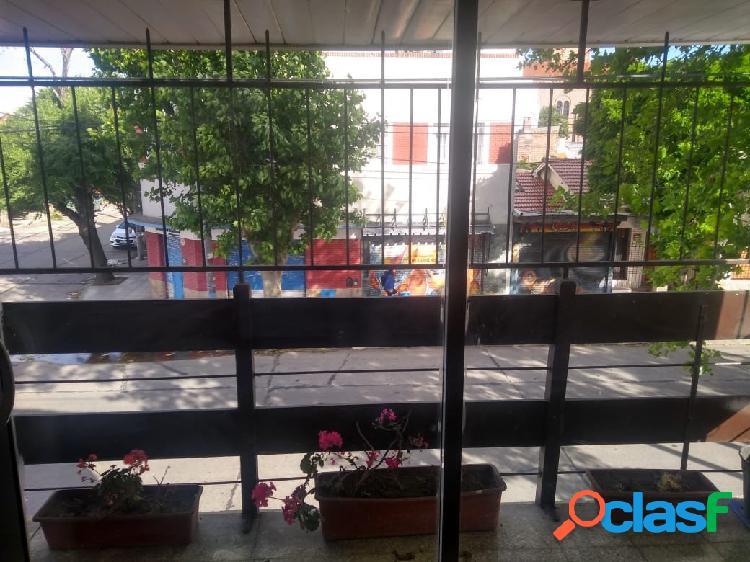 Departamento de 4 ambientes a la calle con balcón
