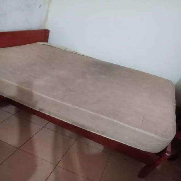 Se vende cama de dos plazas con colchón .