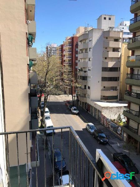 2 Ambientes a la calle con balcon saliente. Plaza Colon