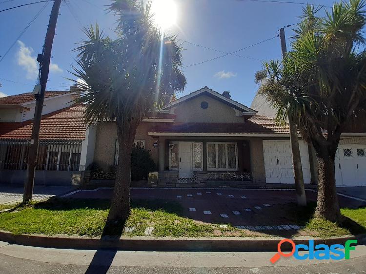 Chalet 4 ambientes con garage y patio en venta en Perla