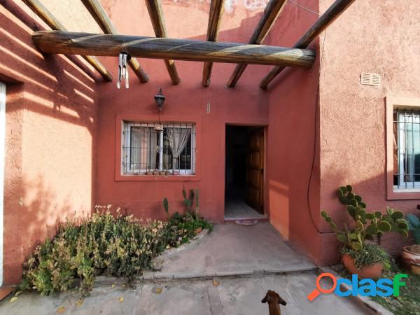 Amplia casa sobre calle Las Virgenes
