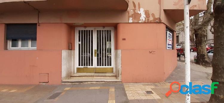 Venta departamento de 3 ambientes a la calle con patio -